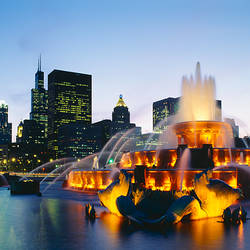 Fountain in a city lit up at night, Buckingham Fountain, Chicago, Illinois, USA