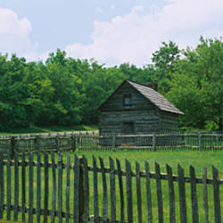 Log cabin surrounded by picket fence, Puckett Cabin, Blue Ridge Parkway, Virginia, USA
